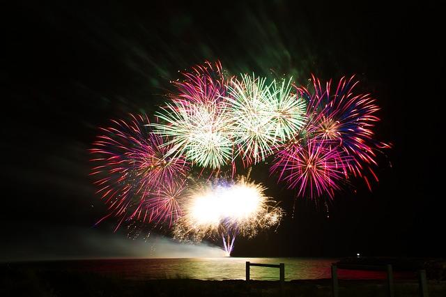 fuochi artificio di ferragosto sulla spiaggia